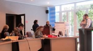 Алла Шитикова и Галина Матюшенко презентуют участникам семинара результаты групповой работы и отвечают на вопросы экспертов.